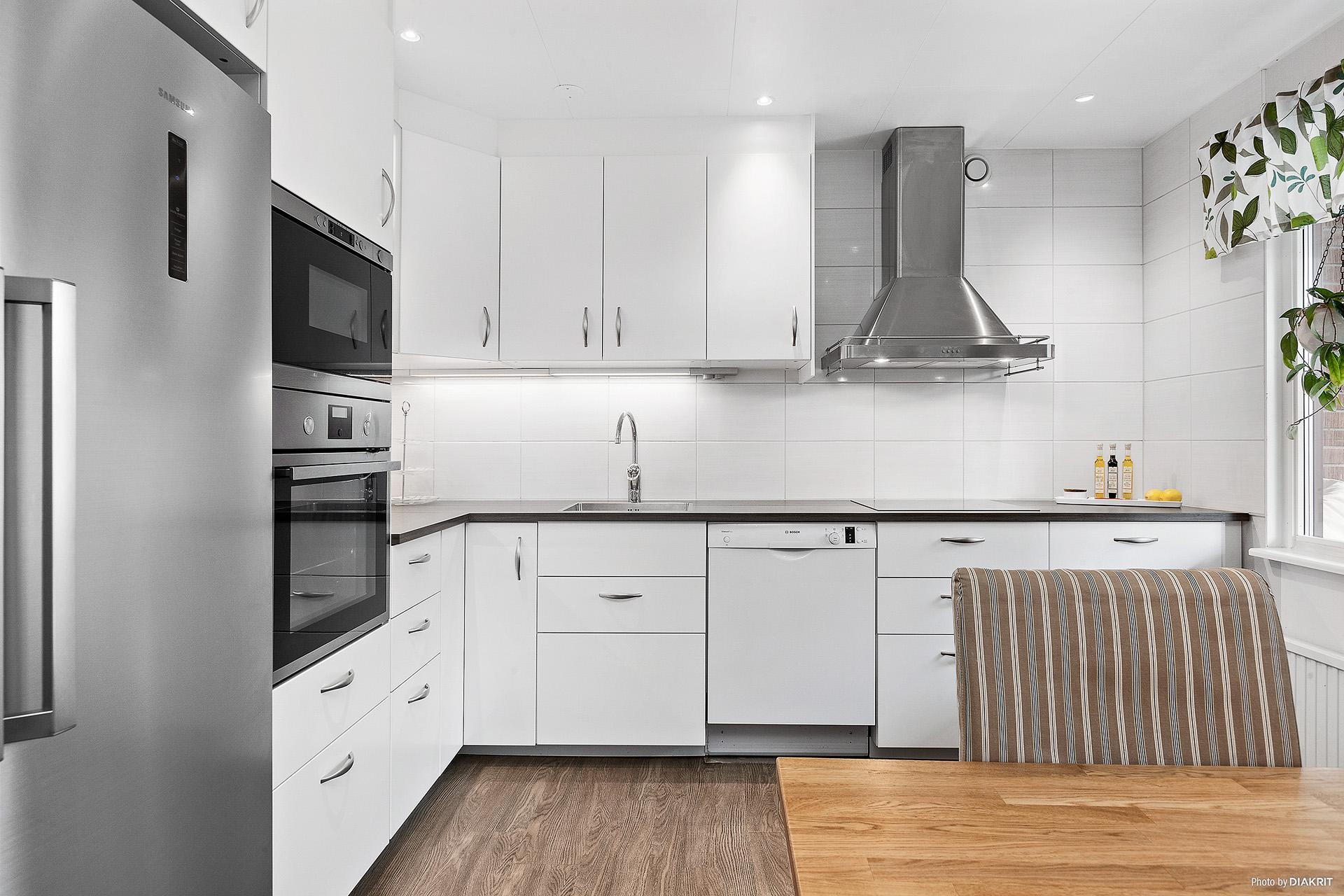 Kök (Ikea, 2015) vita släta köksluckor