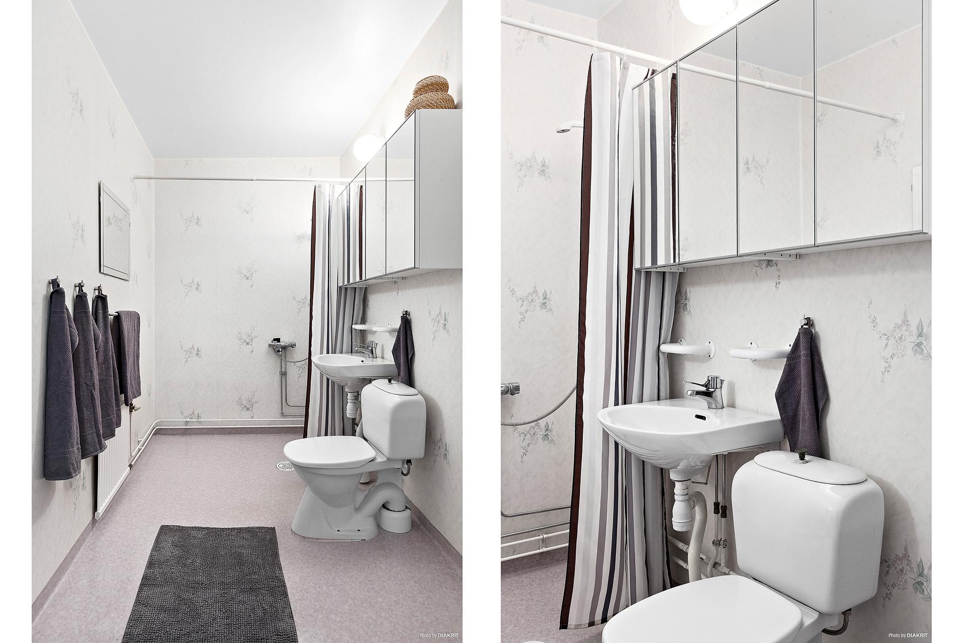 Rymligt duschrum förberett för tvättmaskin