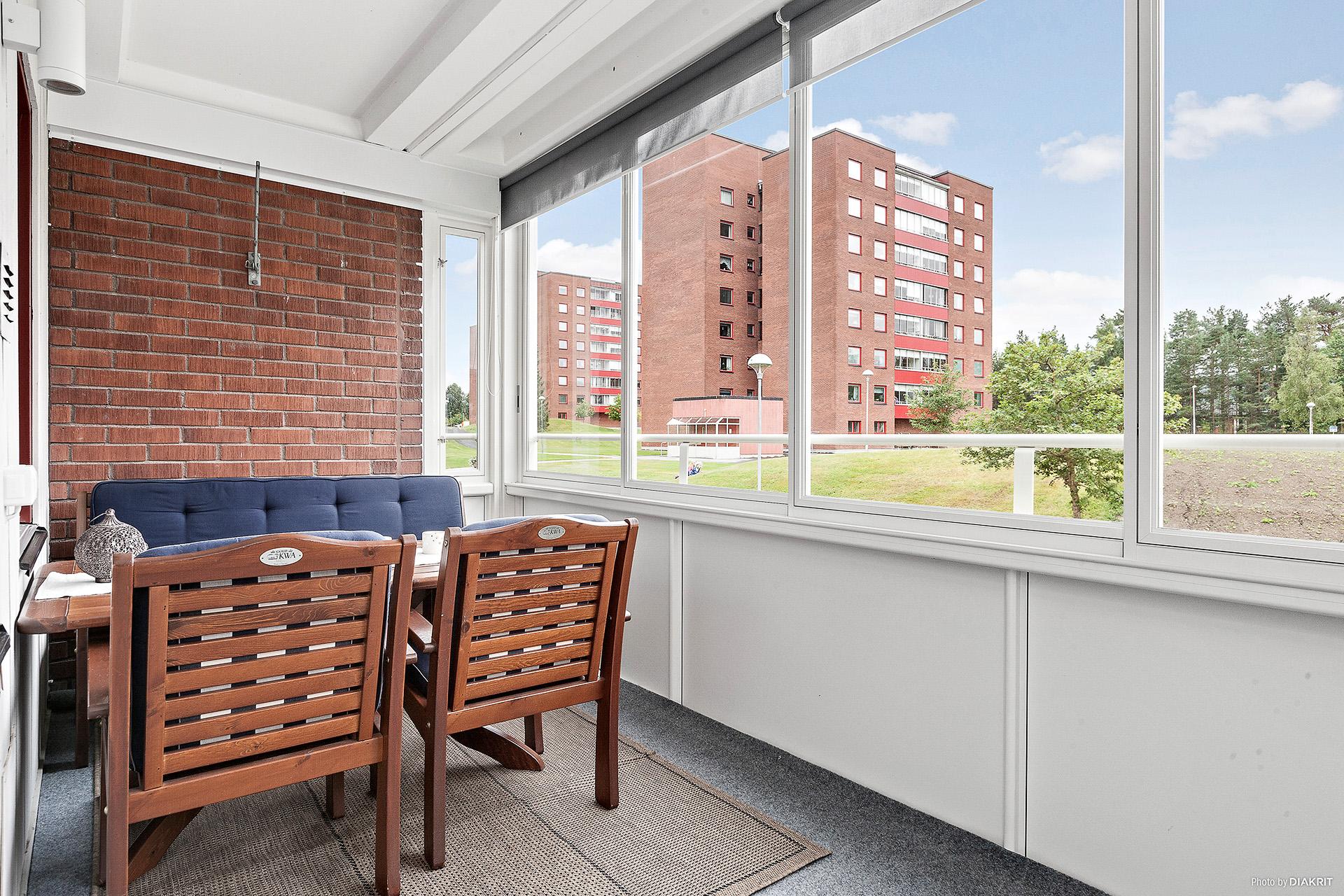 Rymlig utbyggd samt inglasad balkong med fritt läge