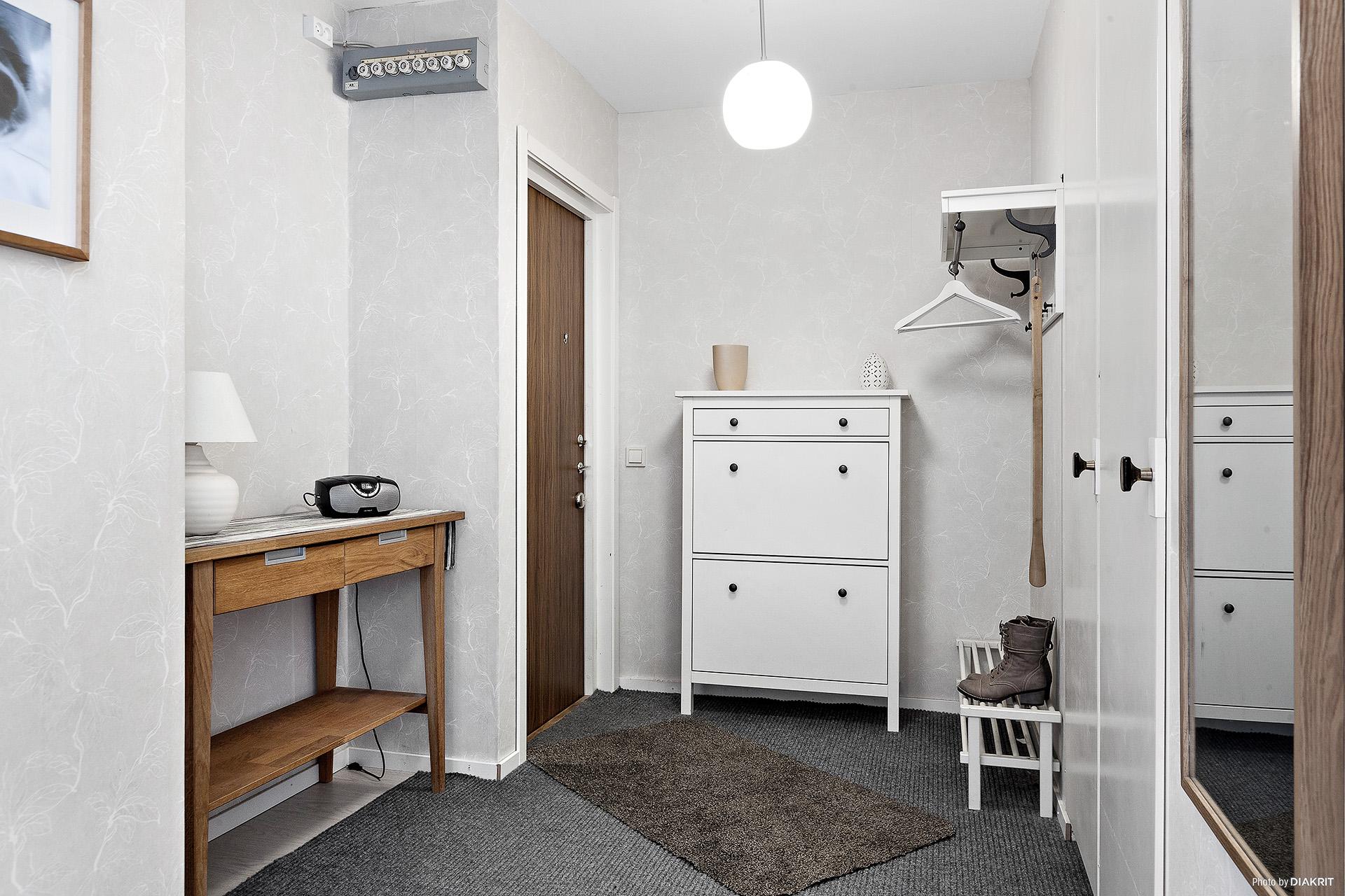 Rymlig hall med 2 inbyggda garderober