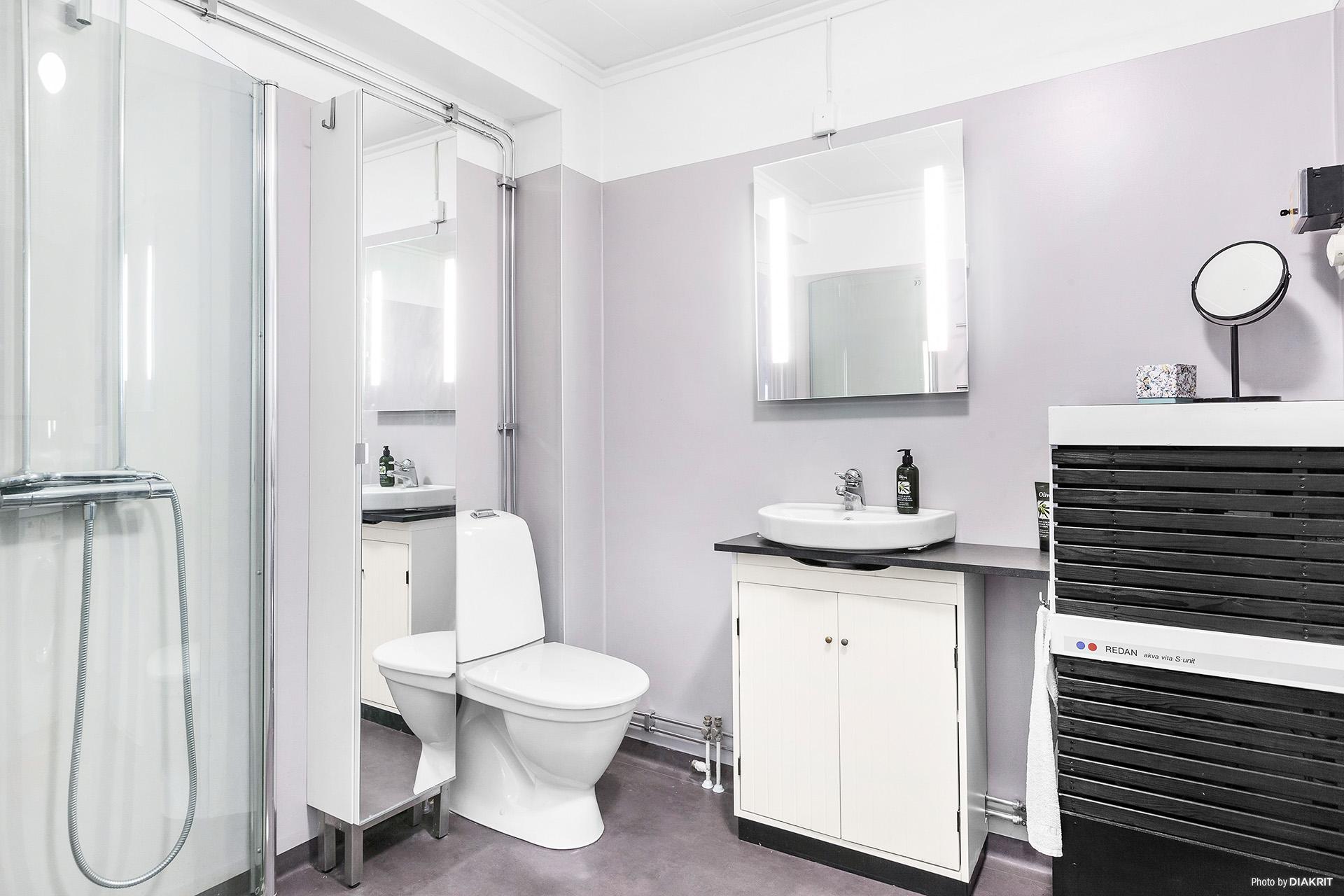 Fräscht duschrum med tvättmaskin