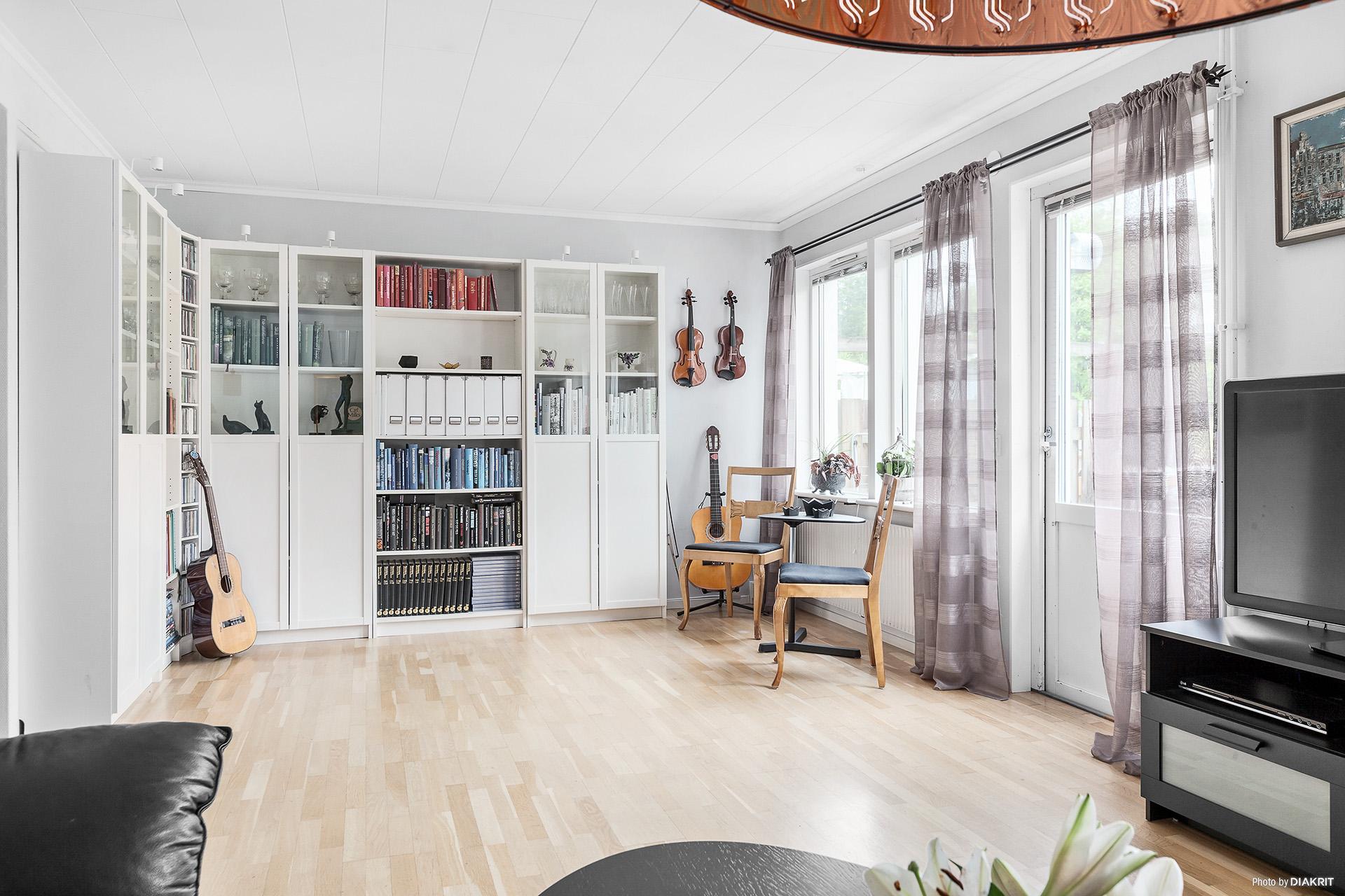 I vardagsrummet får både soffgruppen och matrumsmöbeln plats