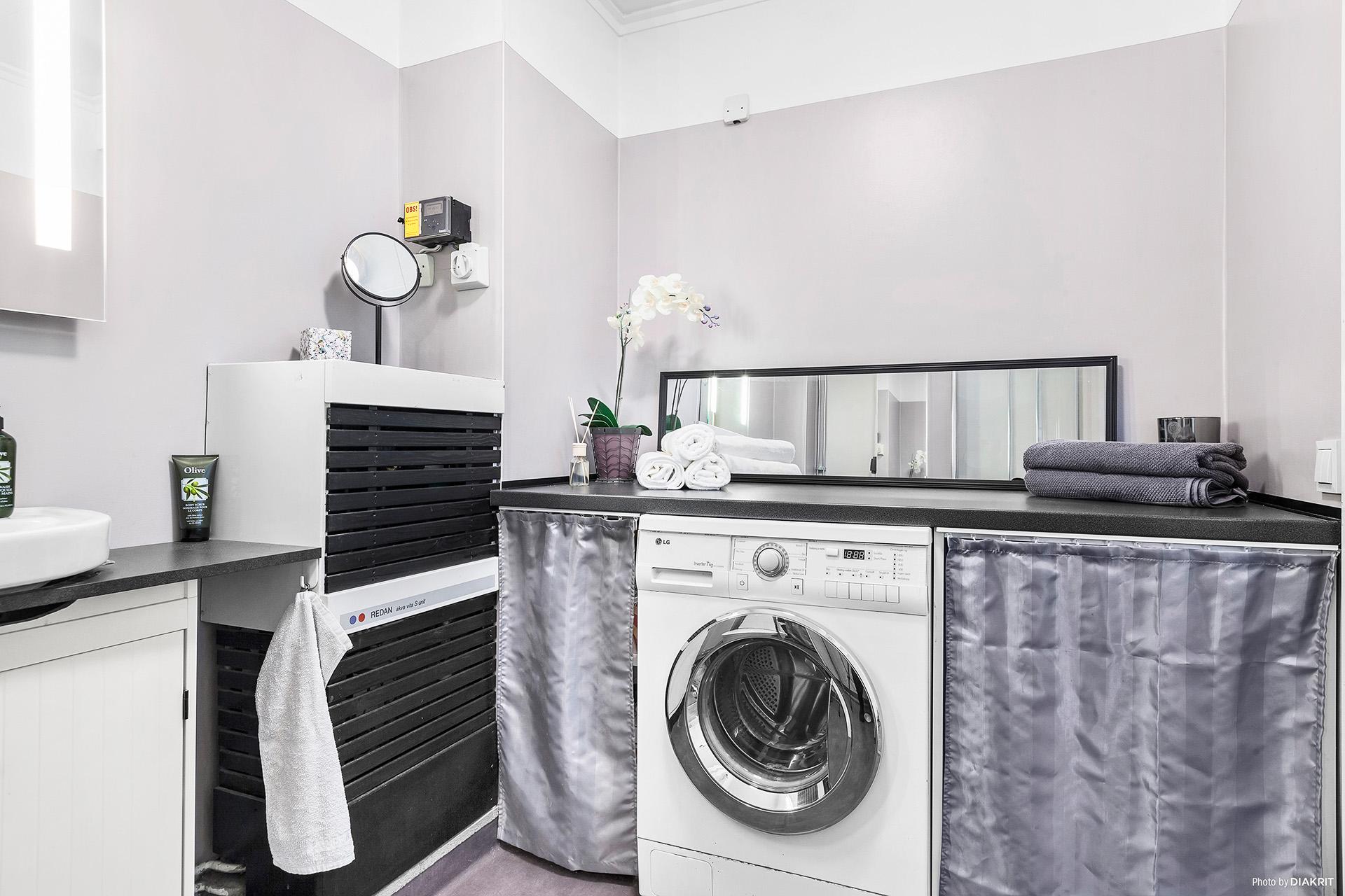 Tvättmaskin i duschrummet.