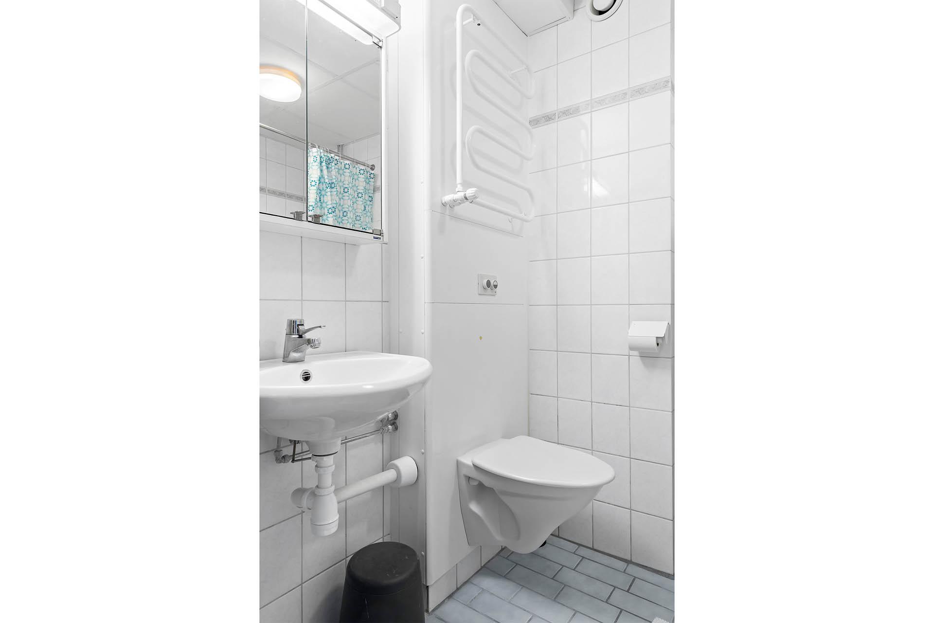 Del av badrum med kakel och klinkers