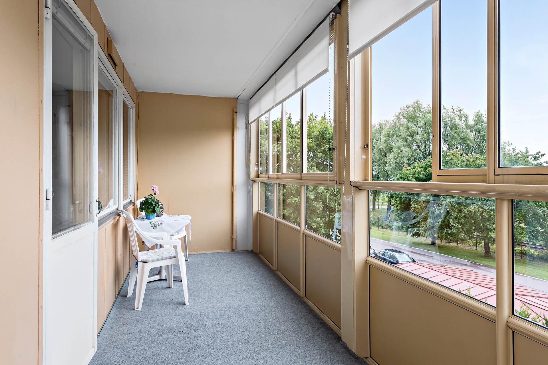 Mycket stor inglasad balkong