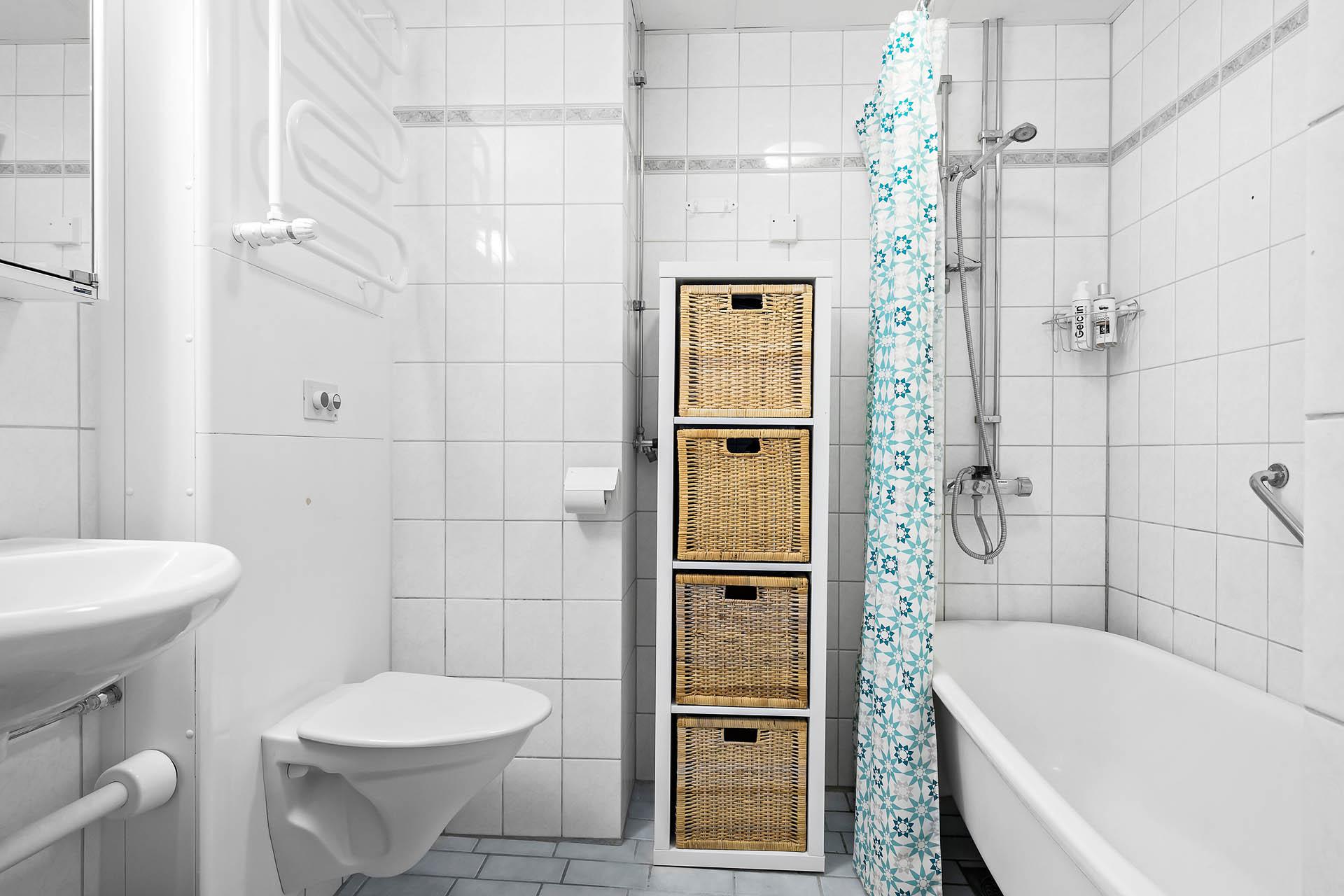 Badrum med badkar. Förberett för att sätta in tvättmaskin.