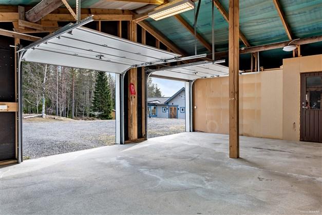 Garage med gjuten platta och förråd intill.