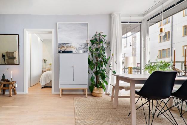 Vardagsrum med vy mot sovrummet