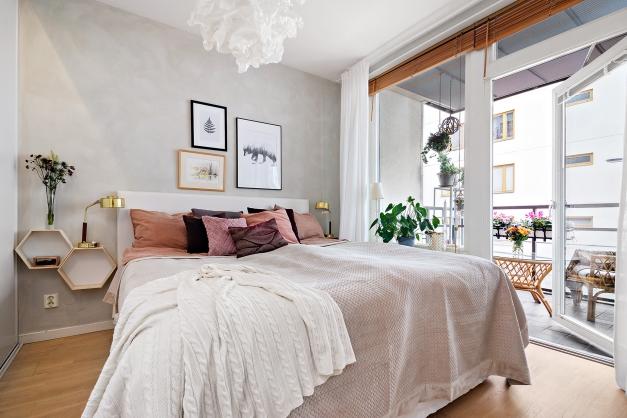 Rymligt sovrum med plats för dubbelsäng