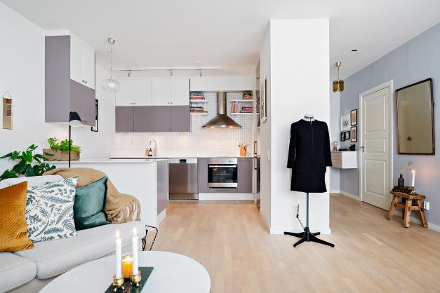Kök och vardagsrum med öppen planlösning