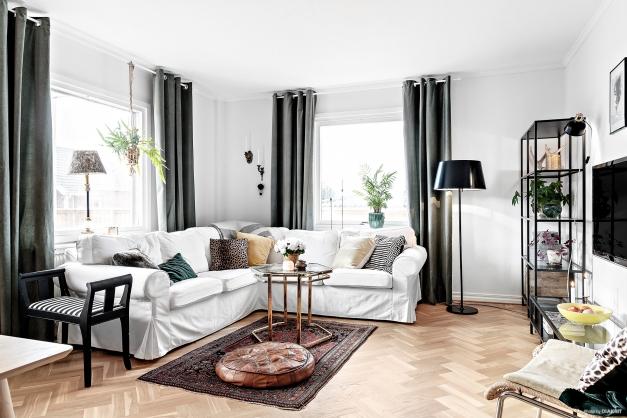 I vardagsrummet med gott om plats ligger ett vackert stavparkettgolv