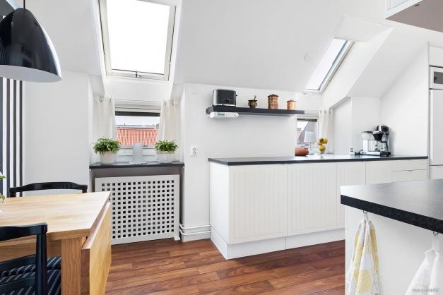 Kök med härligt ljusinsläpp från takfönster!