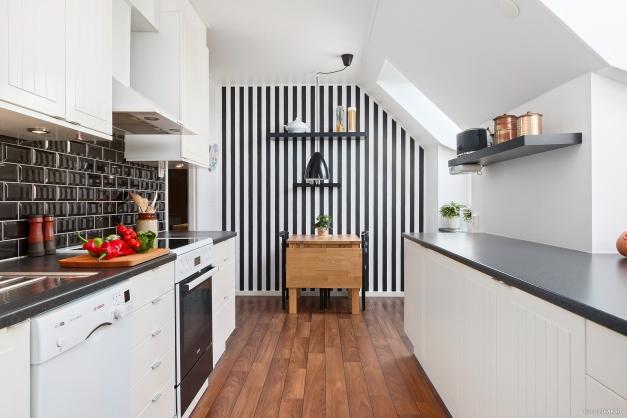 Kök med gott om skåp och bänkytor.