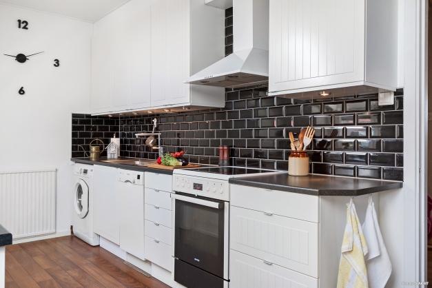 Kök med både diskmaskin och tvättmaskin.