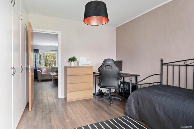 Sovrum med vy ut mot vardagsrum