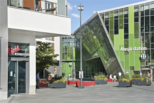 Älvsjö centrum med affärer, restauranger, pendeltåg och bussar