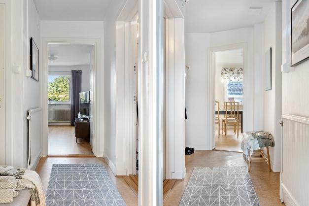Hallen i riktning mot vardagsrummet samt mot köket