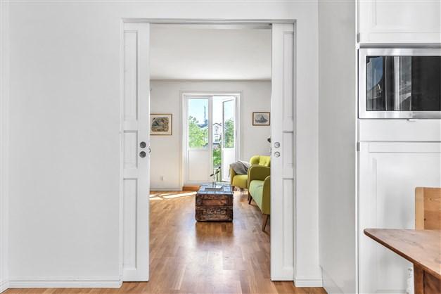 Vackra dörrar mot vardagsrummet