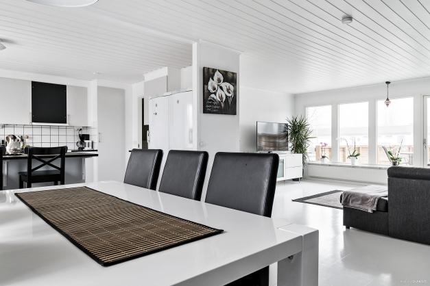 Kök och vardagsrum i en öppen planlösning.