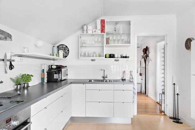 Kök från HTH i stilren design och genomtänkt utförande med askparkett.