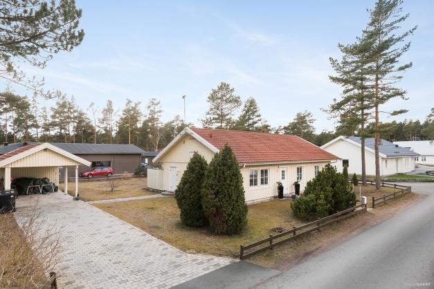 Huset med rejäl uppfart och carport. Bygglov finns klart om man vill bygga sig ett garage.