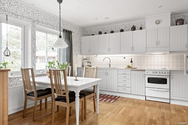 Här ser vi det mysiga köket med bra plats för köksbordet.