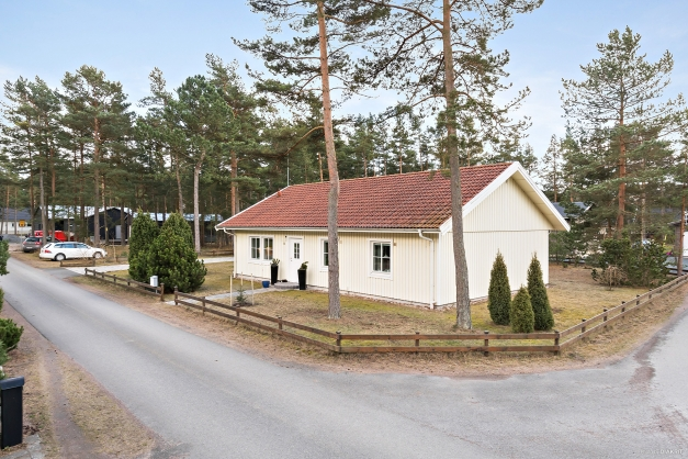 Välkommen till Jöns Svenssons väg 8! Ett fint, trevligt och lättskött hus på bästa läge i Täppet, nära skogen och havet.