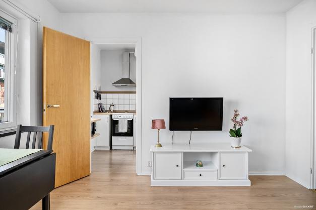 Plats mellan kök och hall för mediamöbler och TV