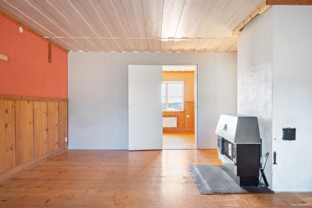 Vardagsrum med kamin och luft/luft-värmepump