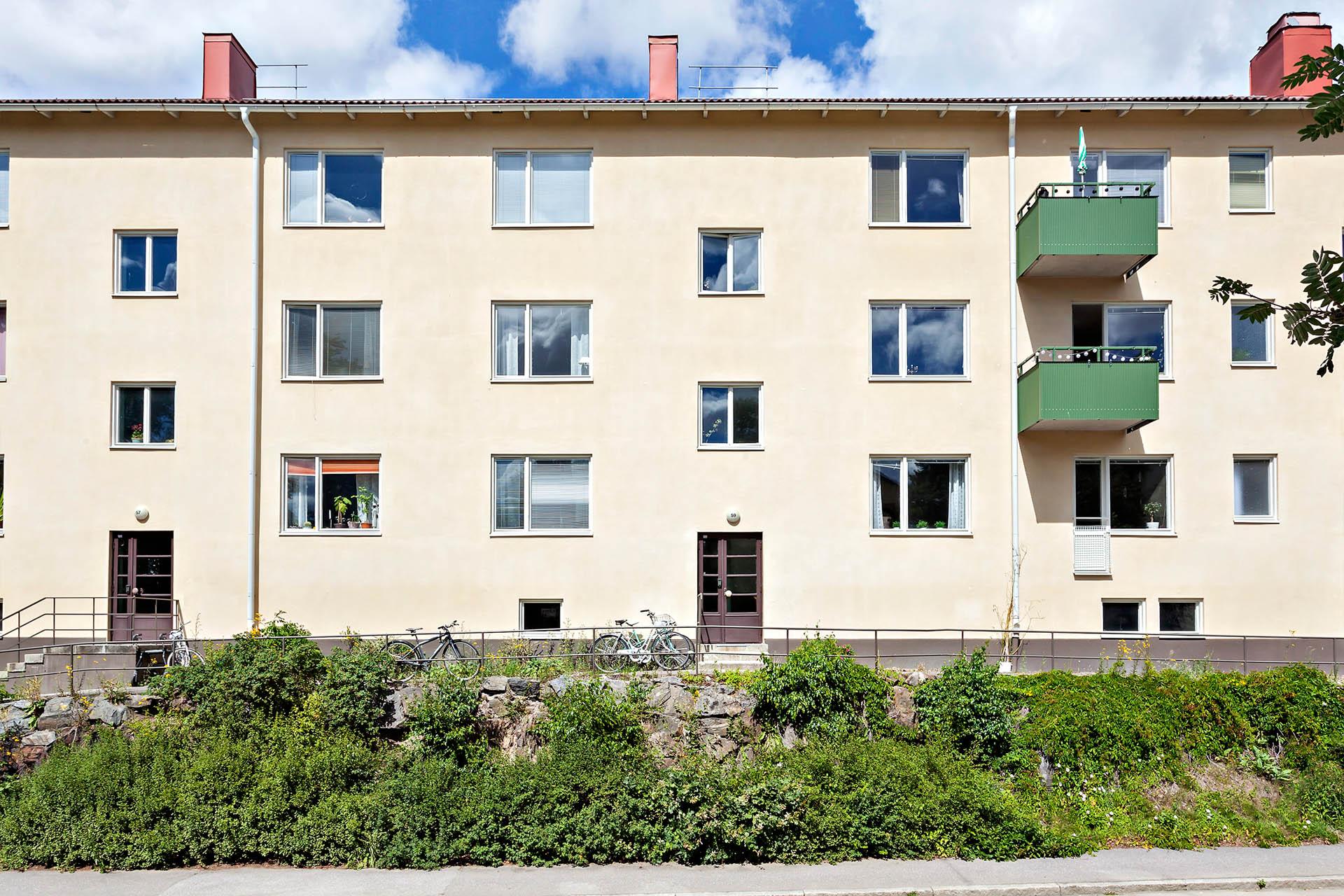 Lägenhet belägen i lugn del av Hammarbyhöjden med grönska runt knuten.