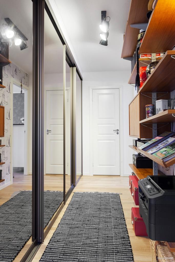 Inre hall med garderobsvägg