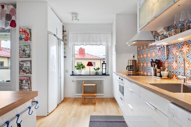 Kök med öppen planlösning mot matrum/vardagsrum