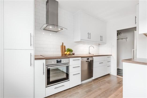 Välkomna till Djupegatan 37B och denna lägenhet med ljust renoverat kök och stor balkong!