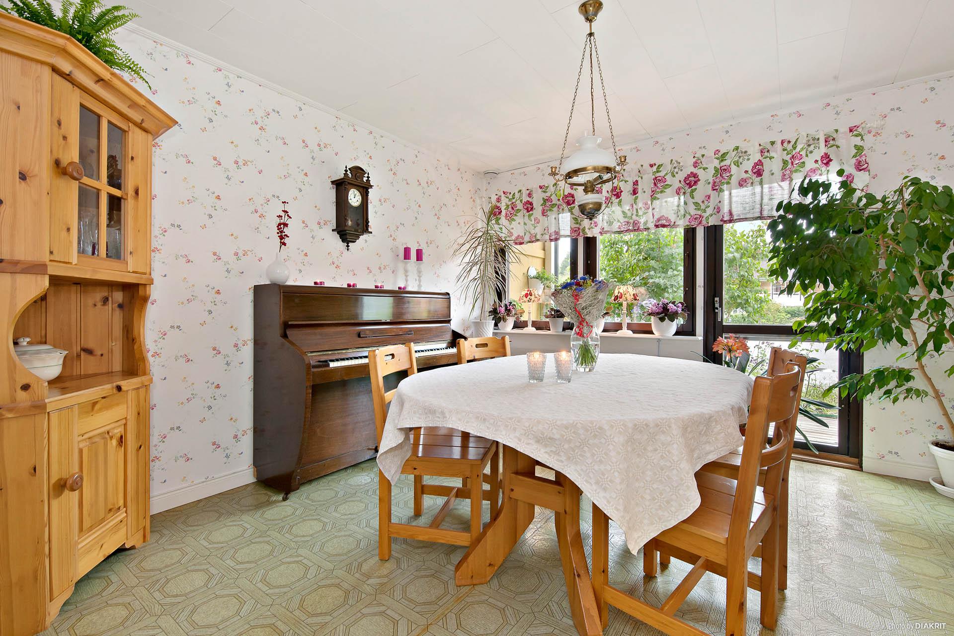 Separat middagssalong finns alternativt sovrum på entréplan