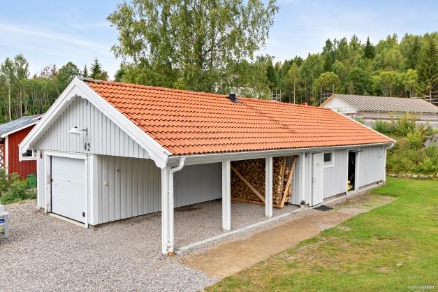 Rymligt garage, carport och förråd om totalt 110 kvm.