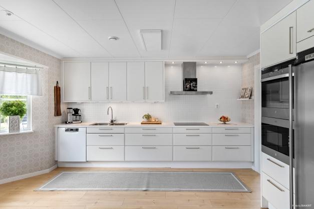 Vitt kök med gott om arbetsytor