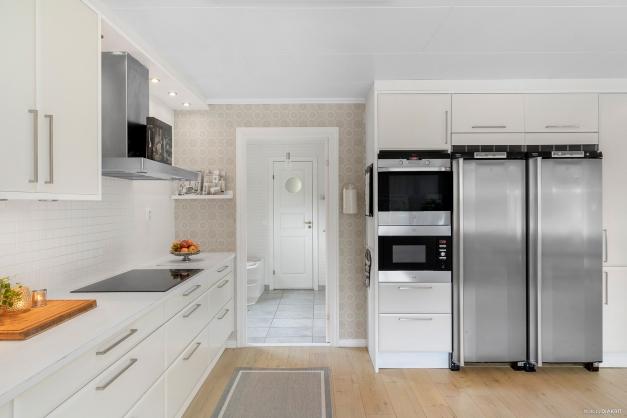 Ljust och rymligt kök med rostfria vitvaror