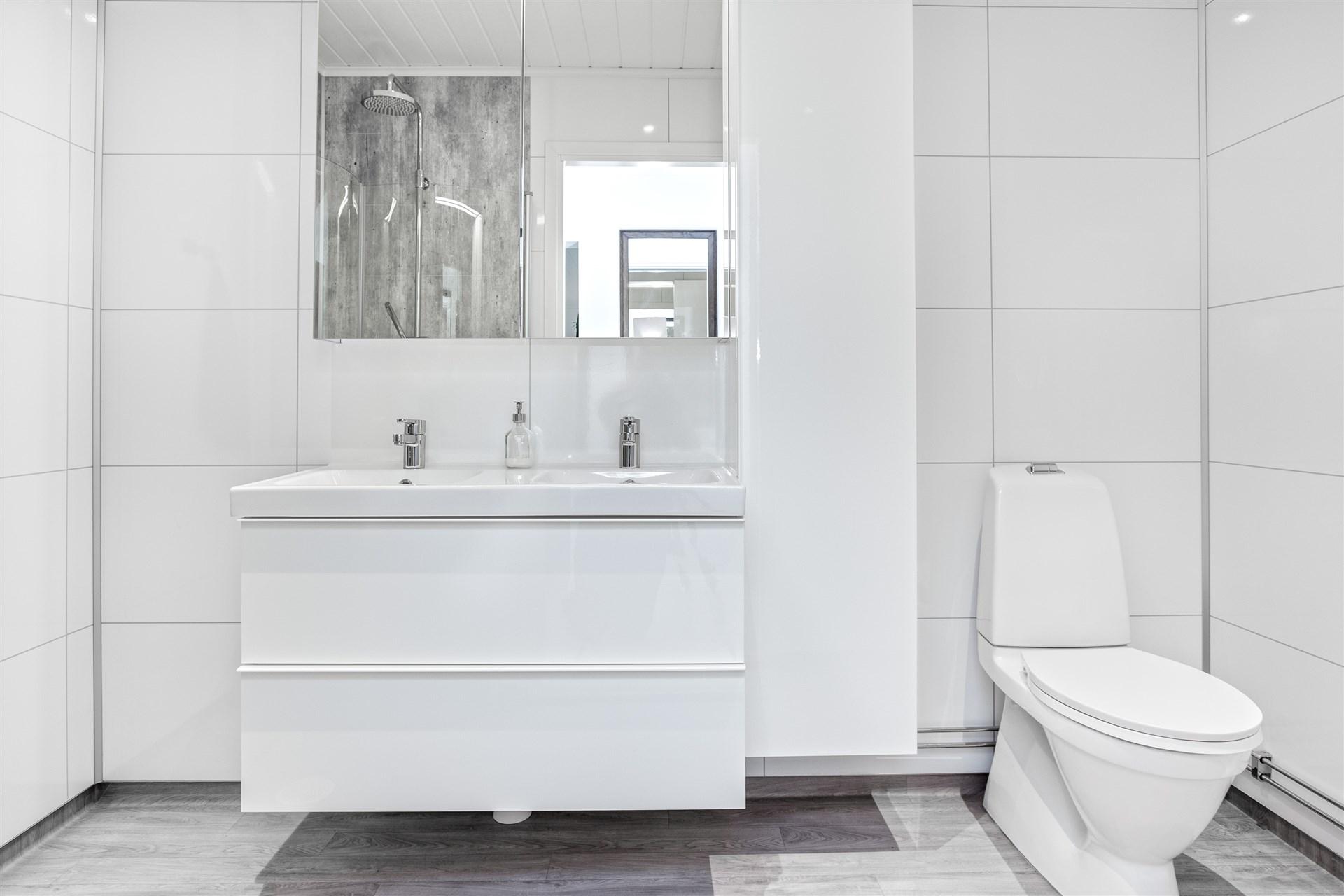 Fräsch och ljus dusch/wc med Fibo-Tresbo skivor på vägg.