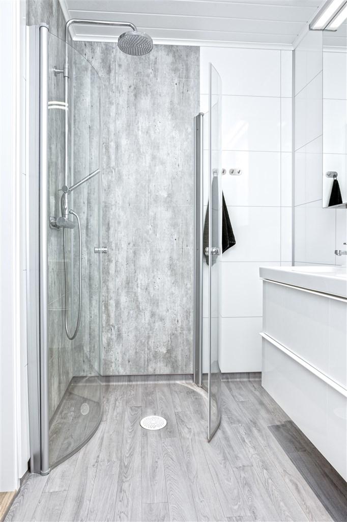 Dusch med invikbara glasdörrar.
