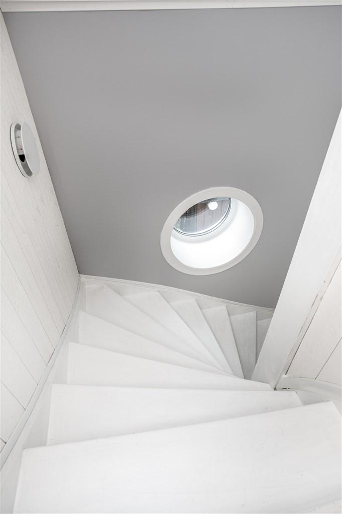 Nyrenoverat trapphus till övervåningen.
