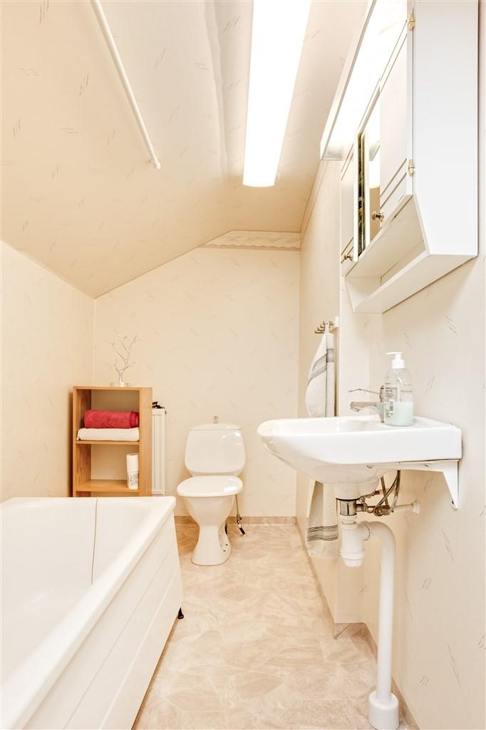 Badrum på övervåningen med badkar.