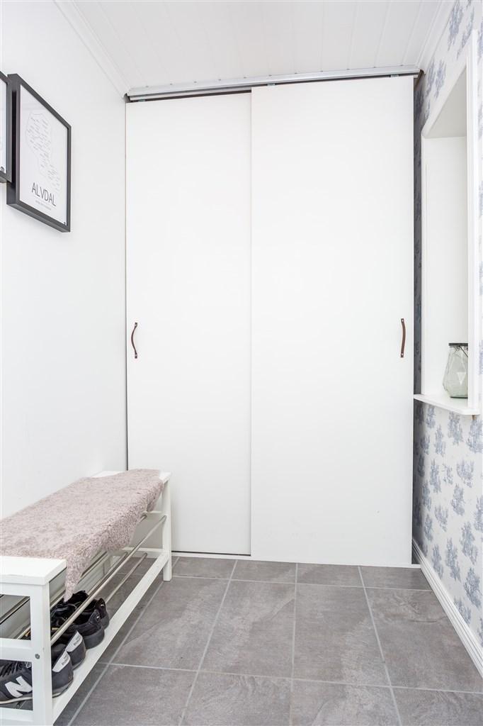 I entréhallen finns också praktisk garderob med skjutdörrar.