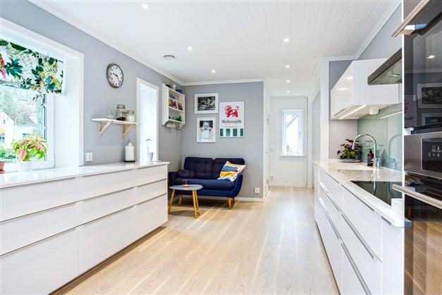 Helrenoverat kök 2016 med köksinredning från IKEA, spotlights i tak och vitlaserad ek på golv.