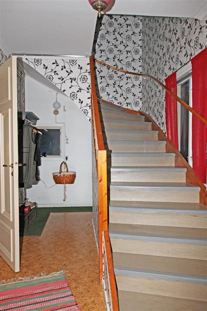 Entré med trappa till övervåning