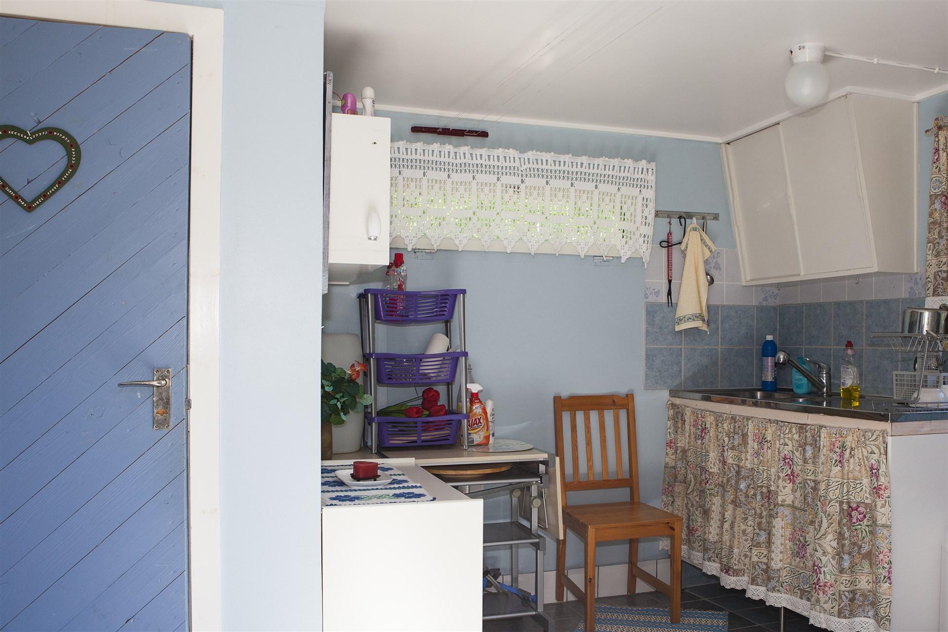 Miljötoalett, dusch, diskbänk och förrådsutrymmen.