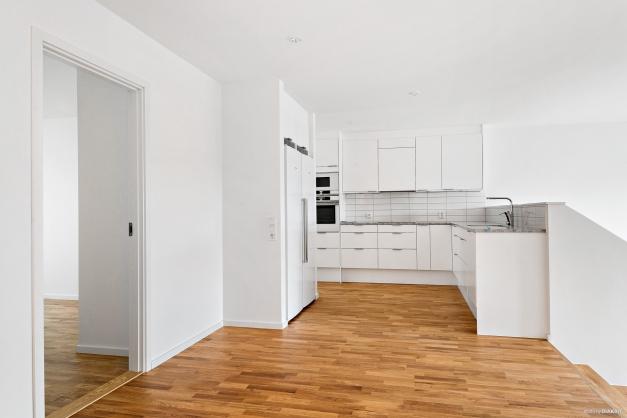 Kök i etage med vardagsrum