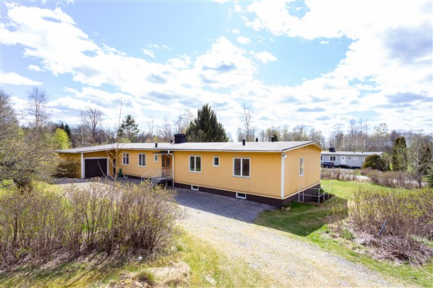 Välkommen till Kårbergsvägen 18! Här erbjuds en enplans villa med många rum och bra förvaringsutrymmen.