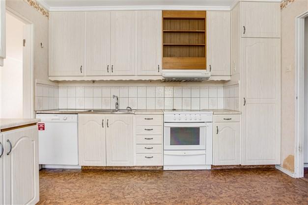 I köket finns mycket skåp för förvaring.
