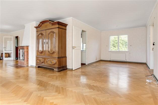 I vardagsrummet finns möjlighet att ha flera möblemang. Från vardagsrummet finns utgång till altan under tak.