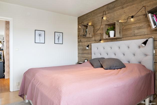 Sovrummet rymmer en stor säng